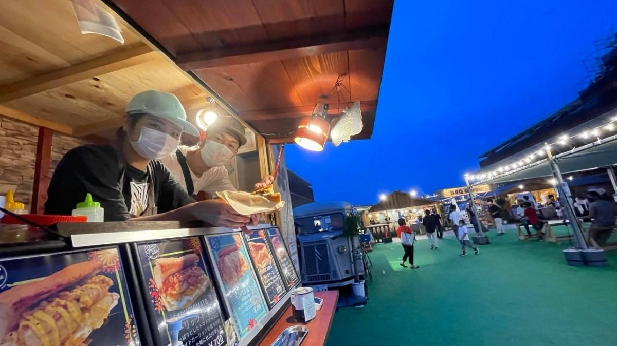 入場無料の広場のキッチンカー、コンフィ専門店「トレーフル」。向かって左手前(2号館側)のキッチンカーは週ごとに入れ替わる
