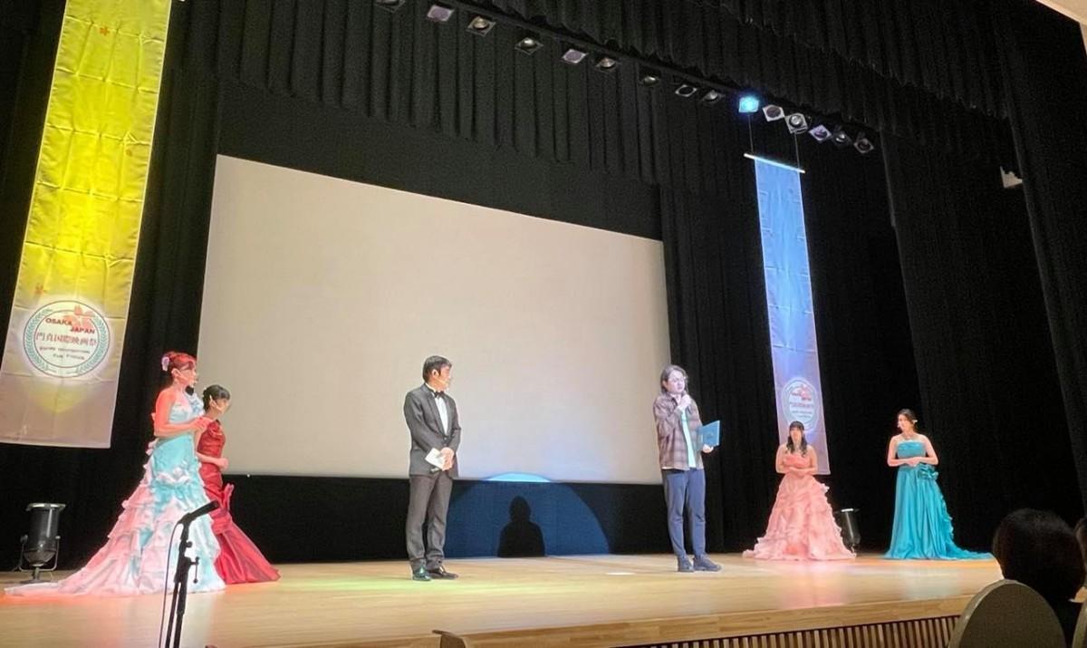 授賞式でスピーチする林隆太監督