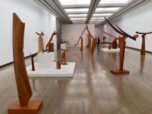 横浜美術館で彫刻家・澄川喜一さん大規模回顧展「そりとむくり」