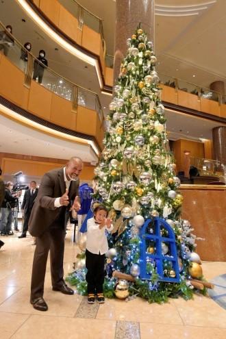 横浜ベイシェラトンホテル クリスマスツリー点灯にラミレスさん家族