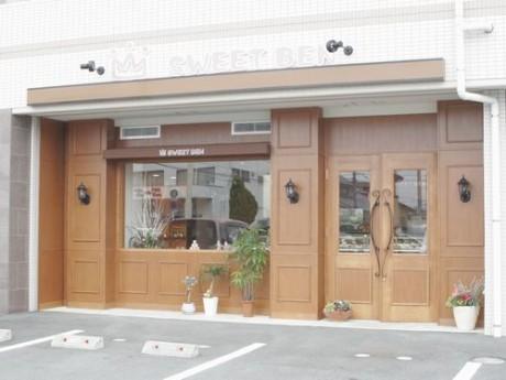 キャラメル色の店舗エントランス