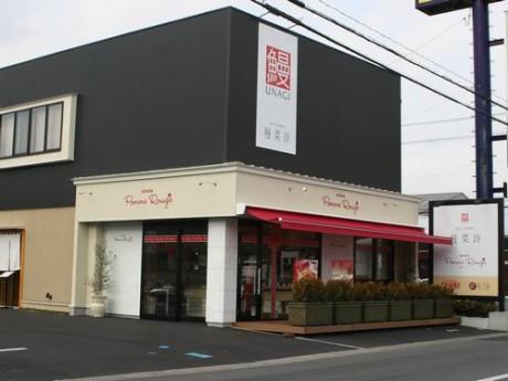 赤いロゴが印象的な店舗外観