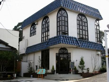青い屋根が印象的な店舗外観