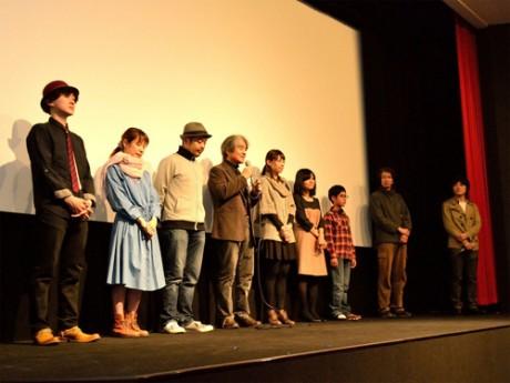舞台あいさつをする各出演者と鈴木研一郎監督(右)