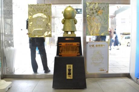 浜松駅構内に設置された「金の家康くん像」