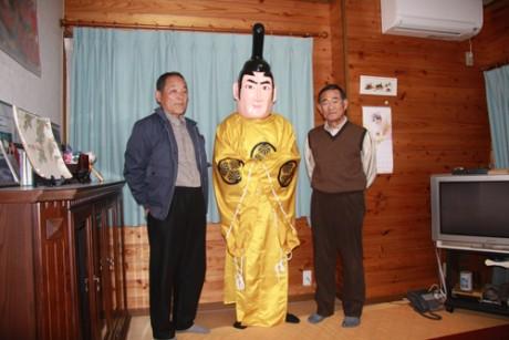 写真左から、会長の大村さん、新キャラ「信康さん」、制作 した太田さん