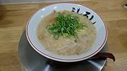 浜松にラーメン新店 2メートルの高さに打ち上げる麺の湯切りも