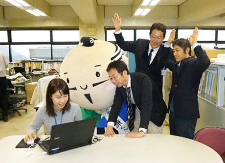 日本一を喜ぶ「出世大名家康くん」と浜松市職員
