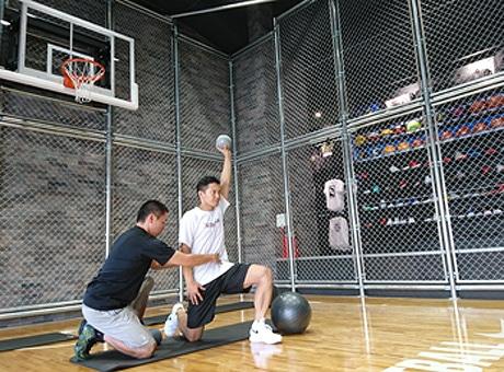 浜松・鍛冶町のバスケ用品店がリニューアル ハーフコートを併設しプロトレーナーの指導も