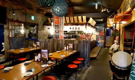 北海道の漁師町食堂をイメージした店内
