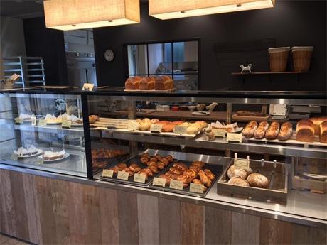 フランスのようにパンとケーキを陳列するショーケース