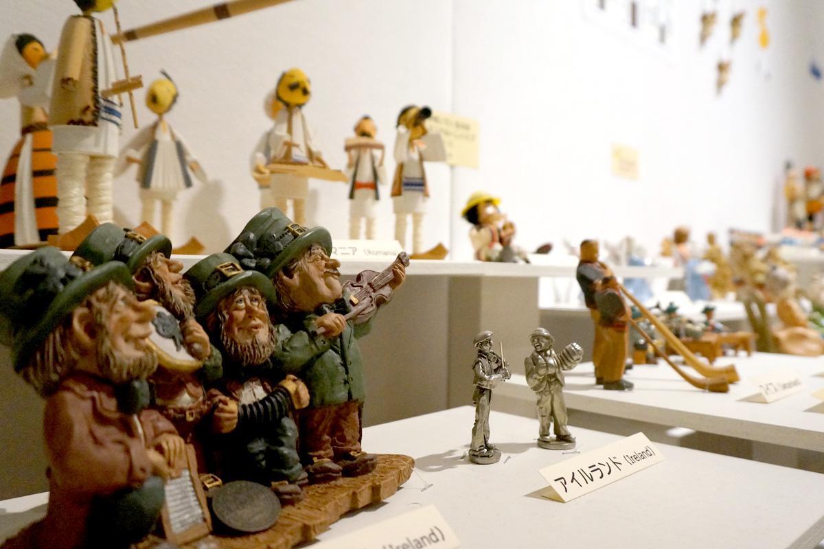 世界の地域ごとに並ぶ楽器を持った人形約300点
