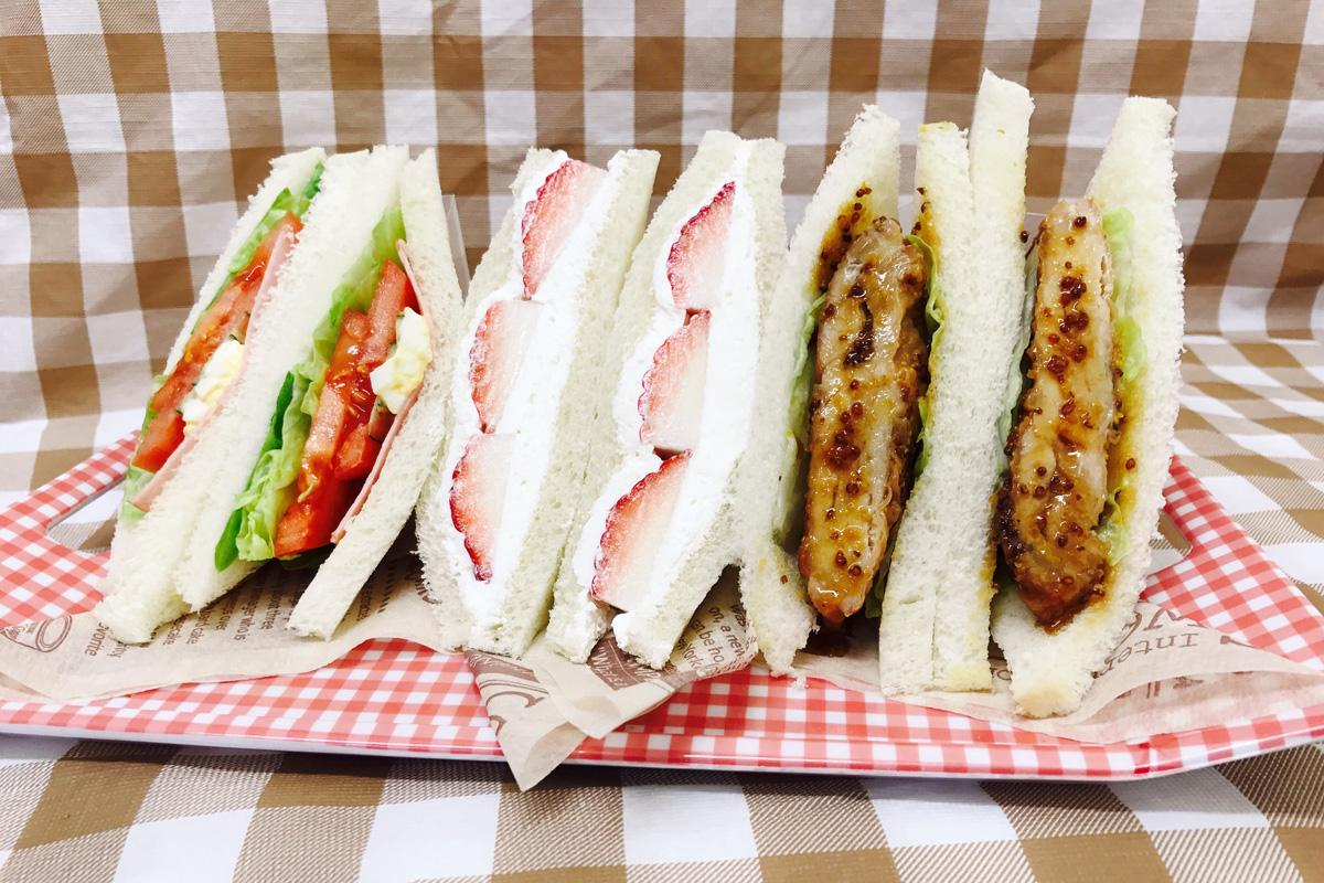 野菜サンド(左)とイチゴクリームサンド(中央)、ハニーマスタードチキンサンド(右)
