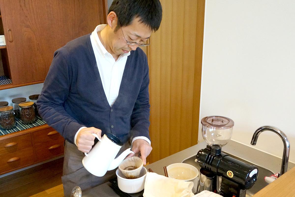 コーヒーをいれる、店主の竹村篤人さん