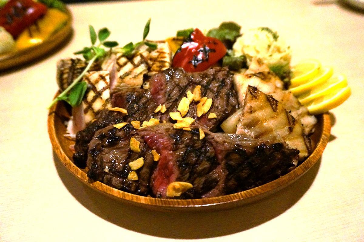 牛と豚、鶏肉を盛り合わせた「豪快肉盛りステーキ盛り合わせ」