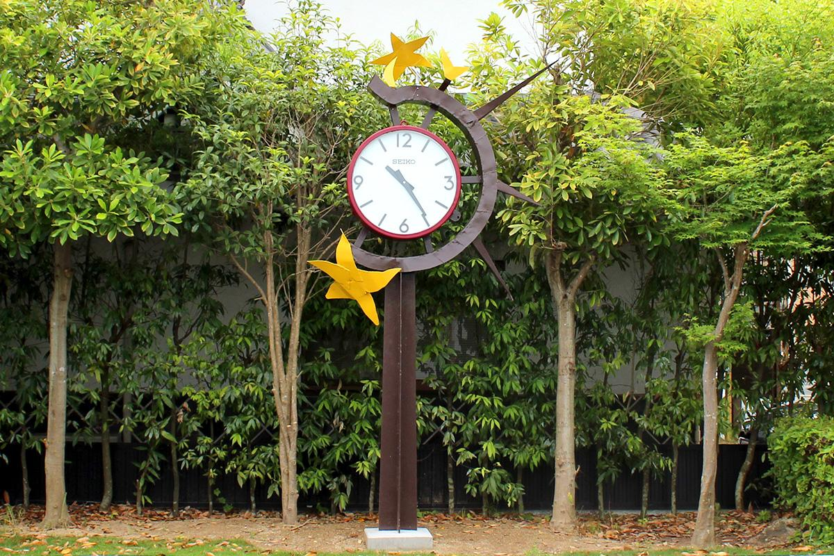 浜松中部学園校門横の駐車場に設置された時計塔
