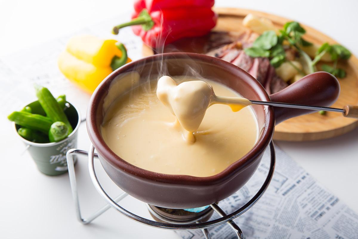 様々なチーズやクリームソースなどを混ぜた「あつあつチーズフォンデュ」