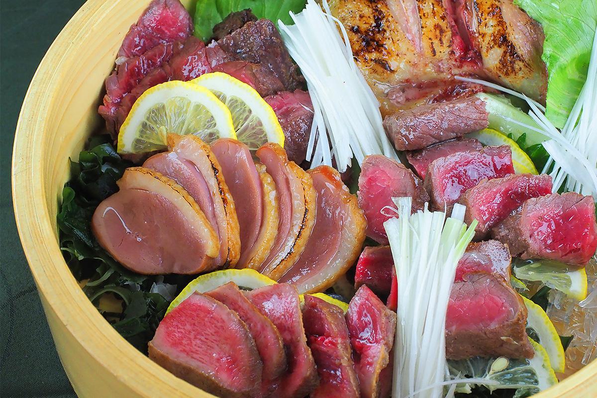 ももとハラミ、サーロイン、鴨ロース、牛タンの5種類を盛り合わせた「特選5種盛り」