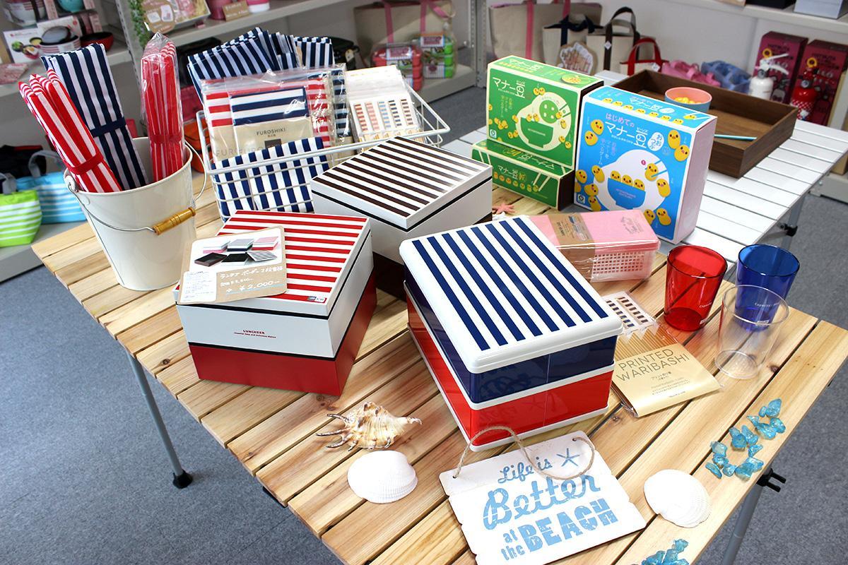 カラフルな弁当箱や重箱を並べる店内