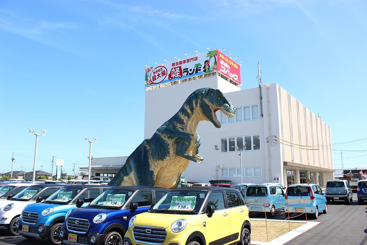 巨大な恐竜オブジェが目を引く店舗