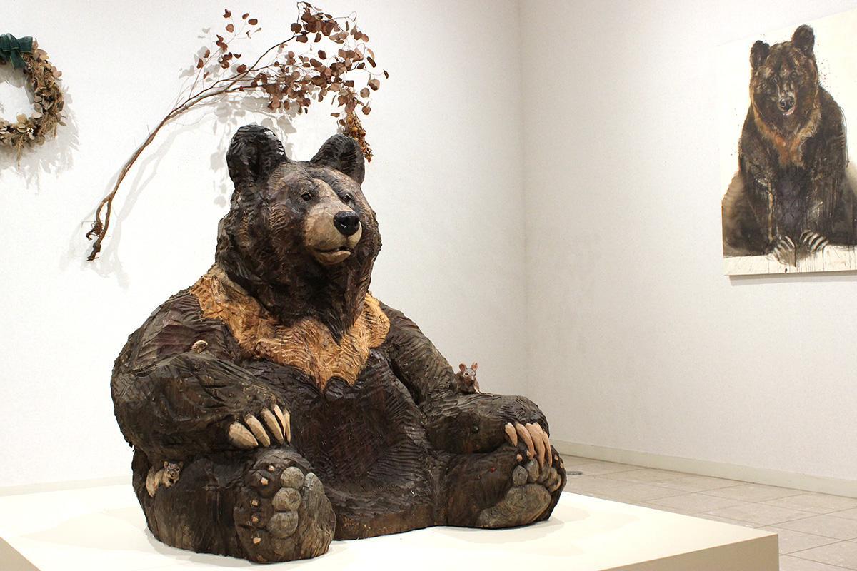 360度どこからでも鑑賞できるクマの木彫作品「シュウ」