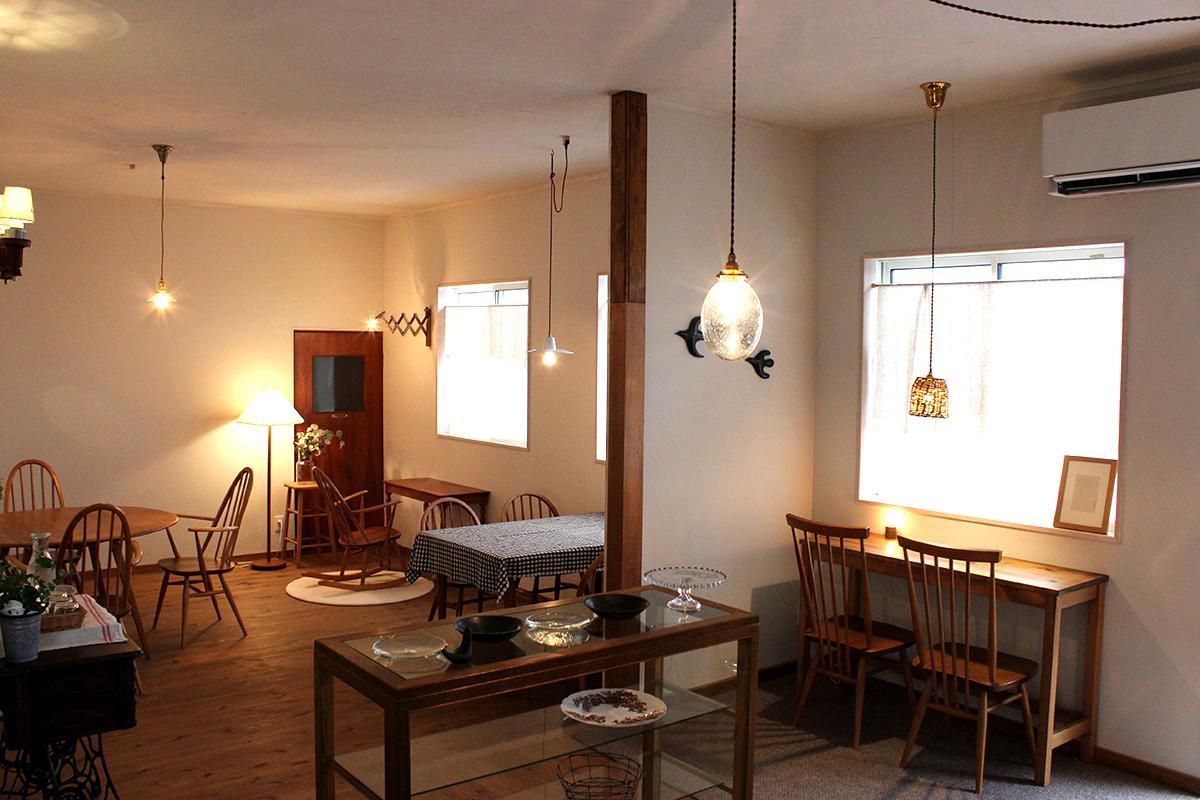 自宅をリノベーションし、イギリスのビンテージ家具をそろえ、木のぬくもりのある店内