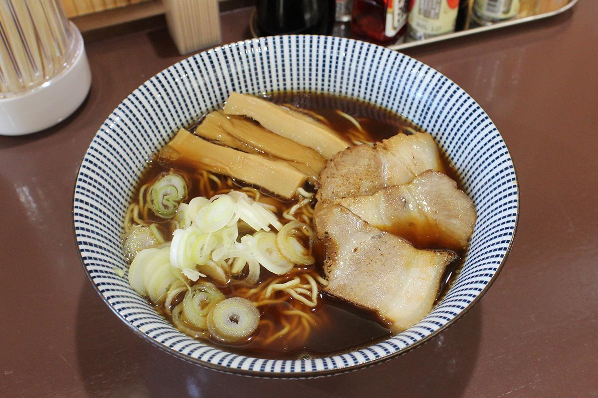 鶏と魚介からだしをとったダブルスープで濃口しょうゆ味の「飛騨中華そば」