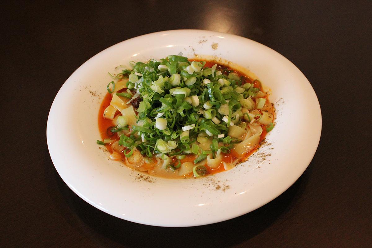 濃厚なごまがたっぷり入り、香りよく仕上げた「四川式 汁無し坦坦麺」
