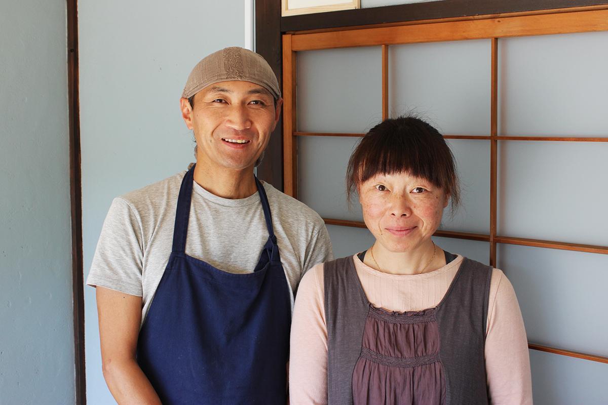 店主の有谷健さん(左)と妻・佐知子さん(右)
