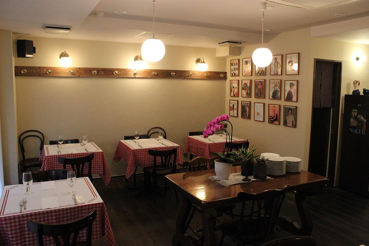 白い塗り壁と年季の入った床材の落ち着いた雰囲気の店内