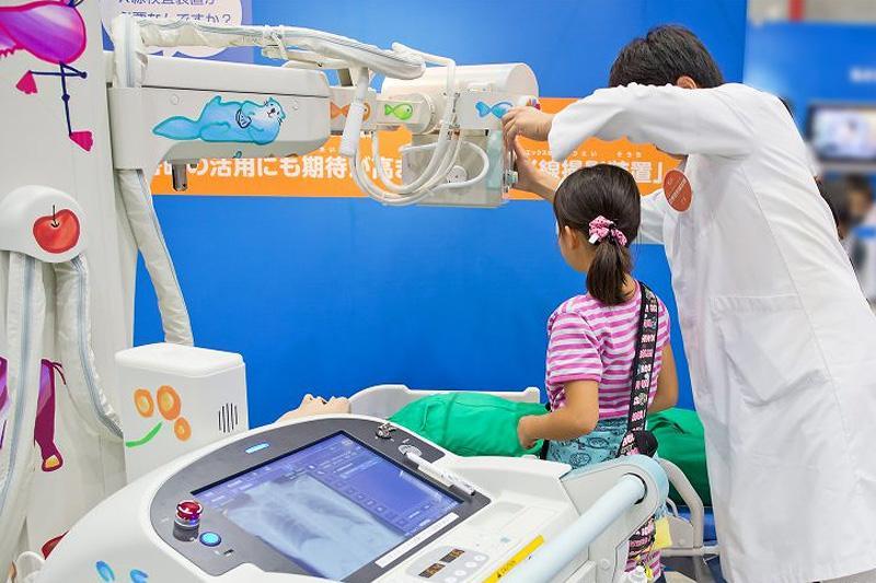 回診用X線装置の操作体験の様子
