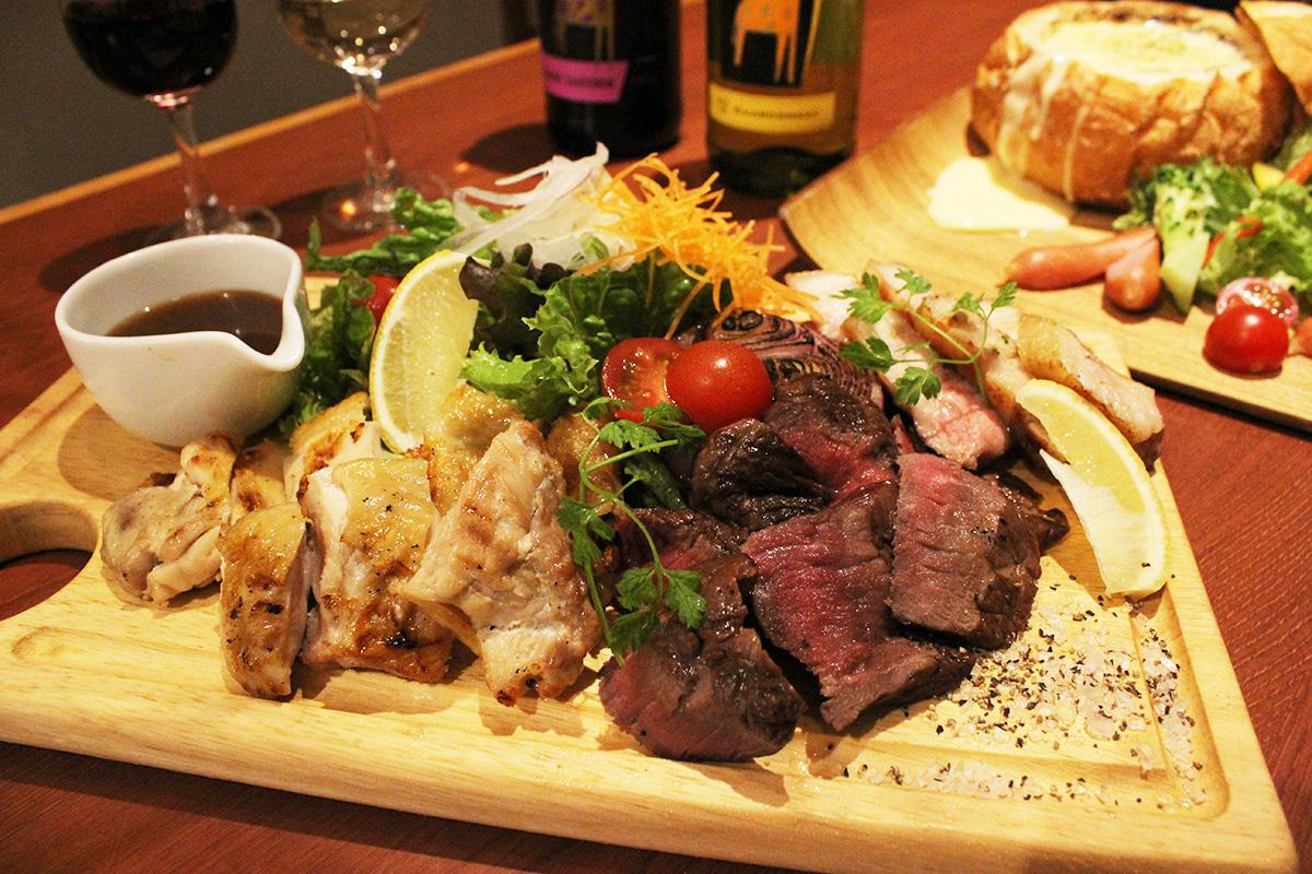 牛と豚、鶏肉を盛り合わせた「YOKUBALU特選!肉盛りプレート」