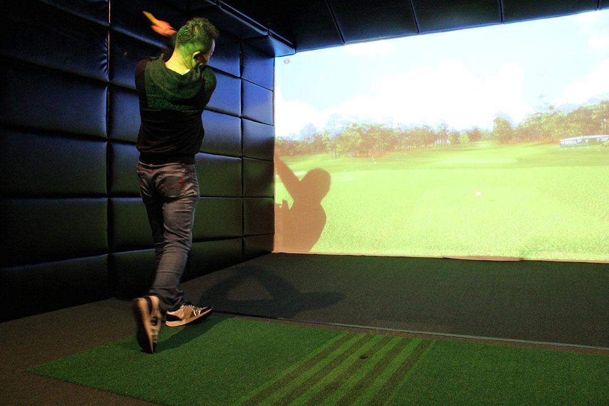 室内の中でゴルフを楽しむことができる