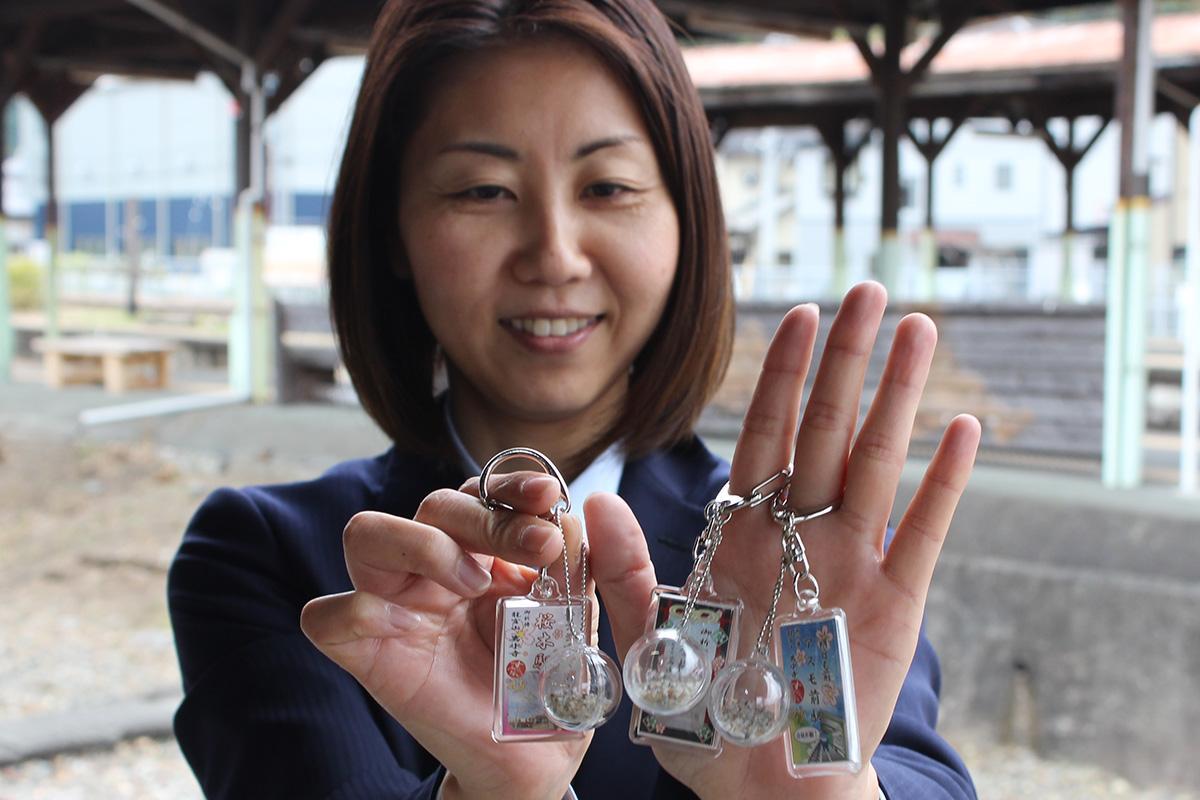 合格祈願キーホルダーをもつ営業課の大石久美子さん