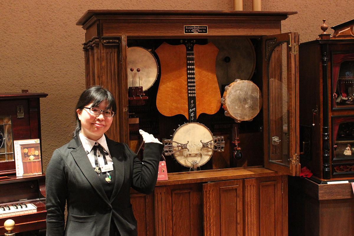 自動演奏楽器「バンジョーオーケストラ」を紹介するスタッフの伊代田美紗さん