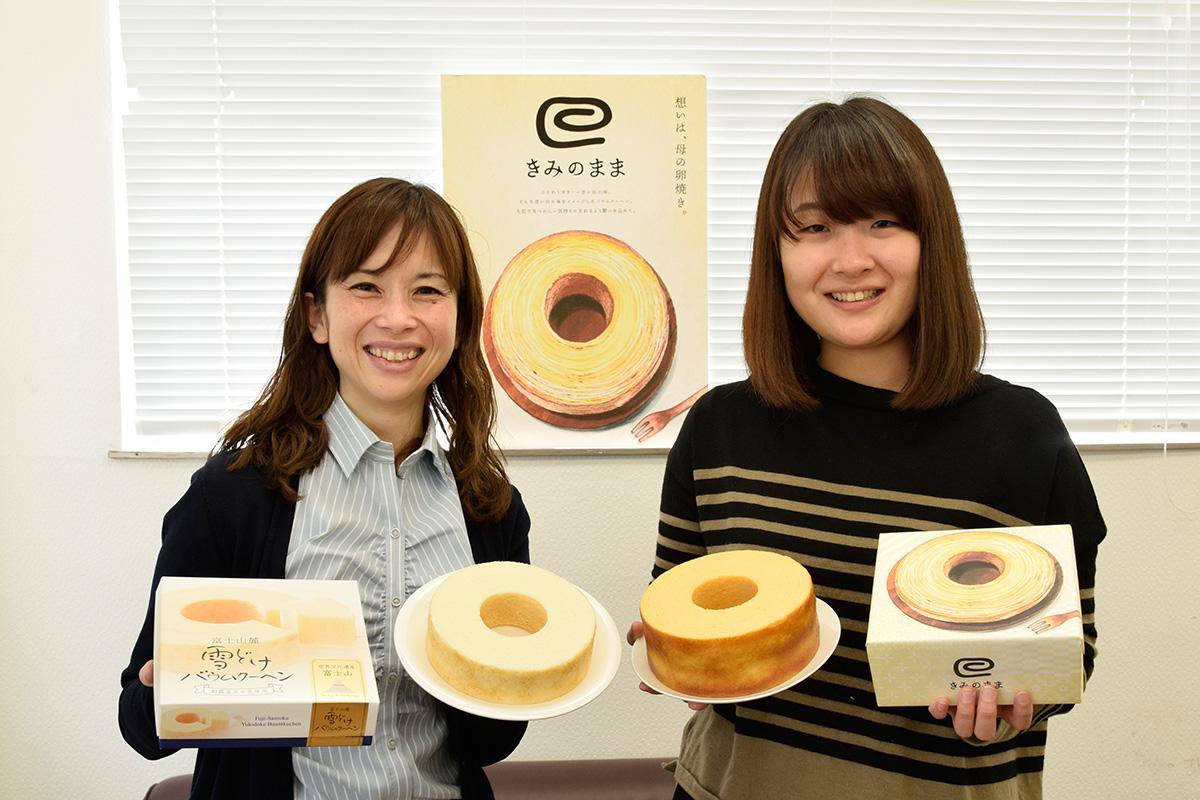 新製品を持つ横田川さんと、デザイン担当の田形さん