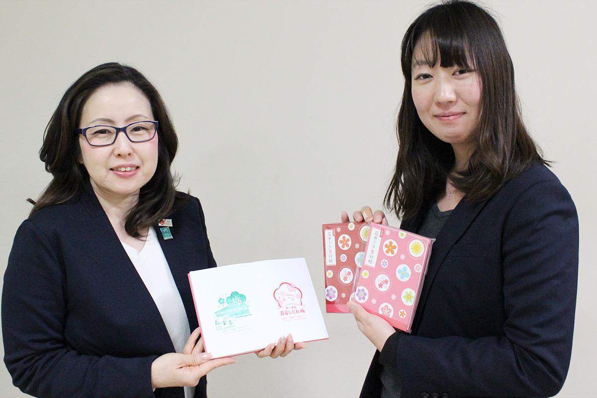集印帳を持つ女性スタッフ