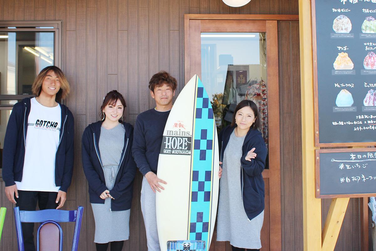 店主の古橋秋仁さん(右から二番目)とスタッフ