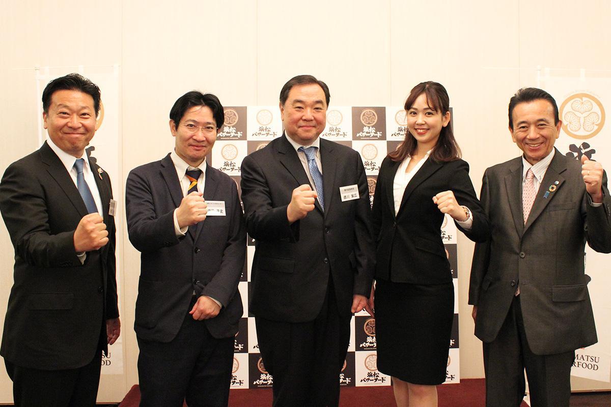 左から、会長・秋元健一さん、顧問・磯田道史さん、同・徳川家広さん、一人おいて鈴木康友市長