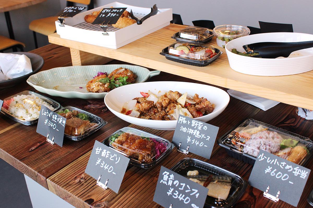 家庭的で優しい味付けの総菜を並べる