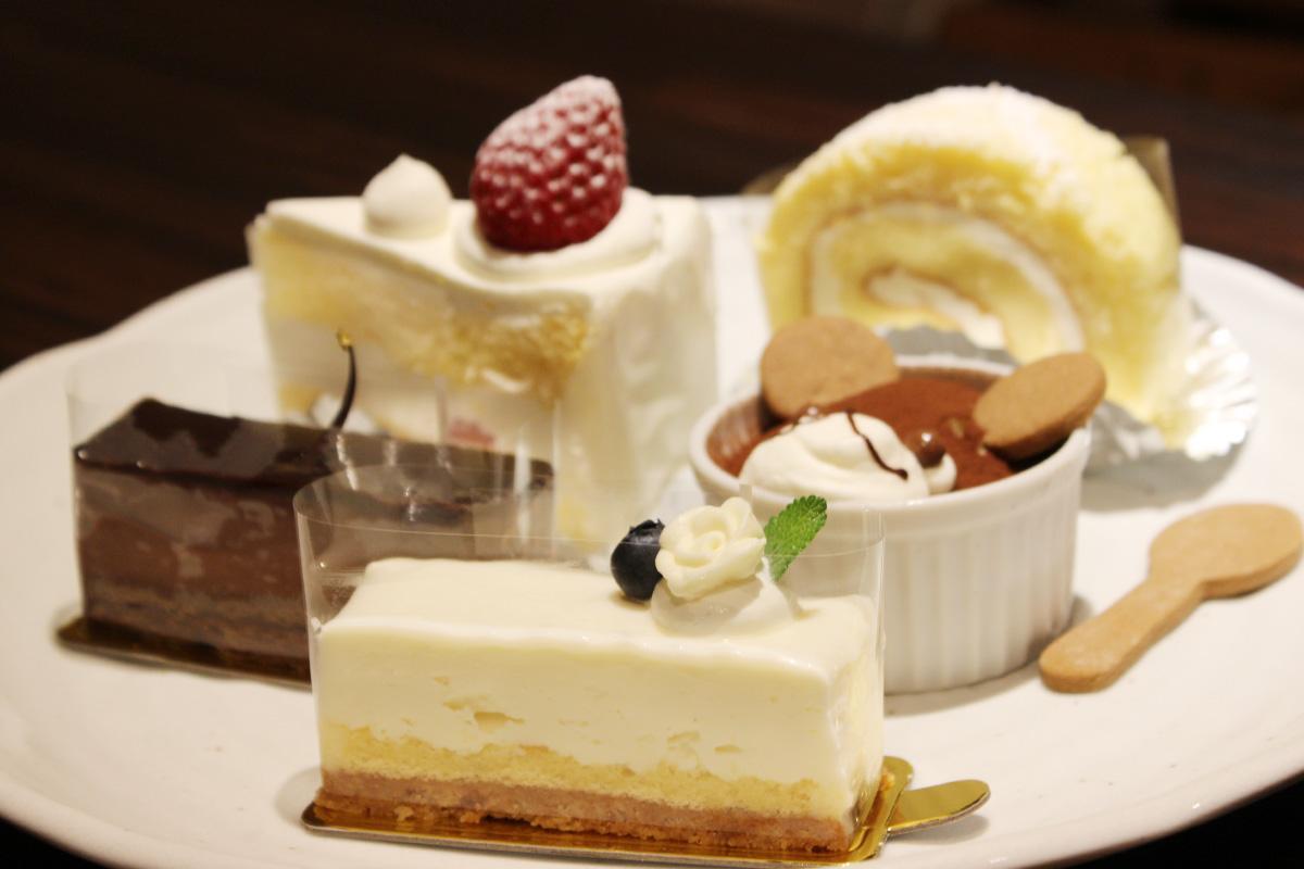 ショートケーキやレアチーズケーキなど約10種類のケーキを提供
