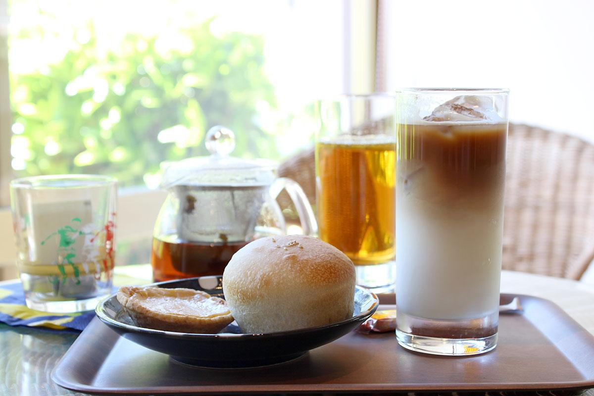 illy豆のコーヒーやスリランカ茶葉の紅茶、天然酵母パンなどを提供