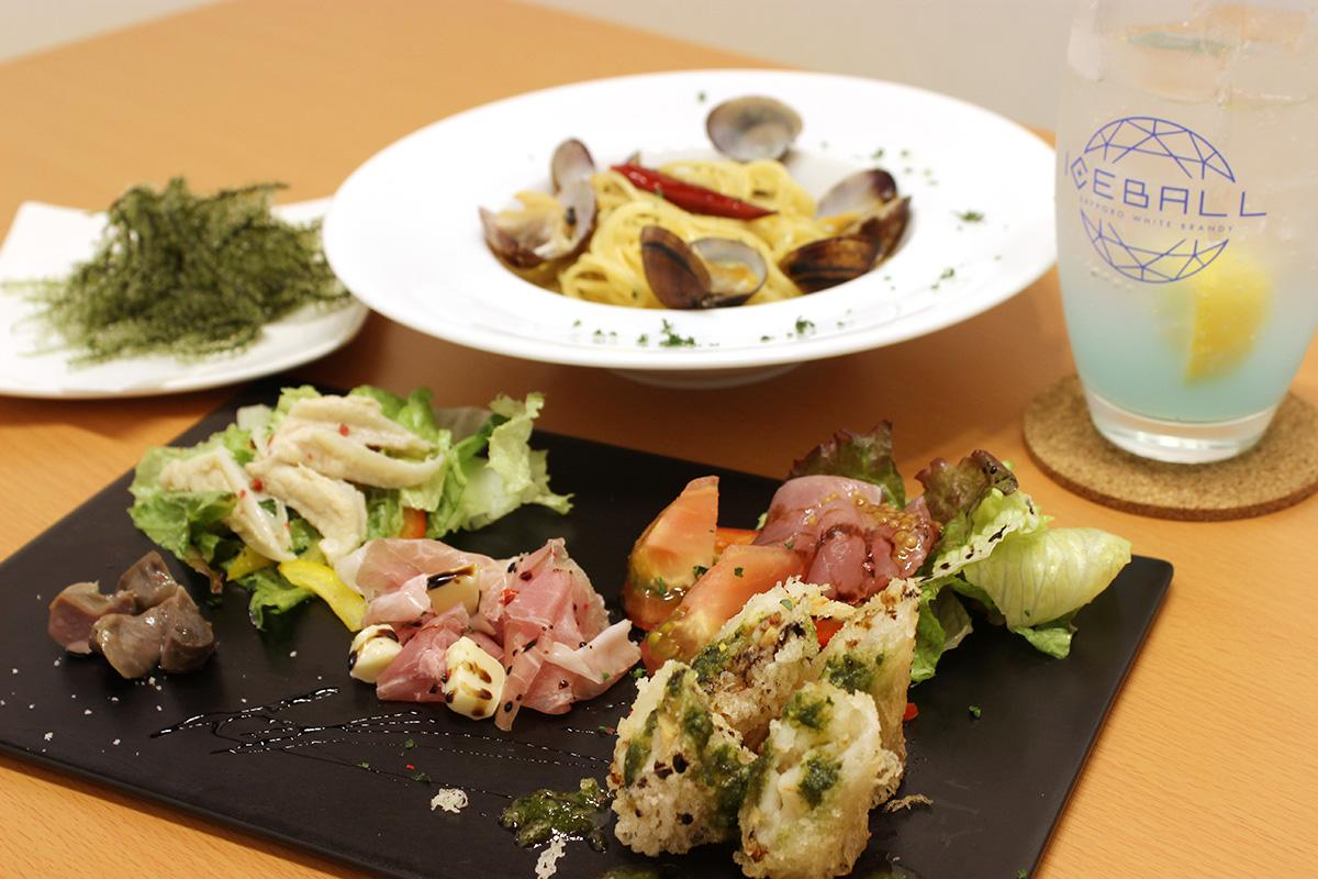 イタリア料理やスペイン料理、沖縄料理などを提供