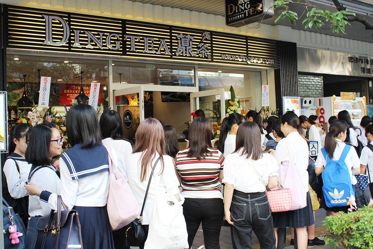 開店初日のDING-TEAは女子高生を中心に女性客で長蛇の列