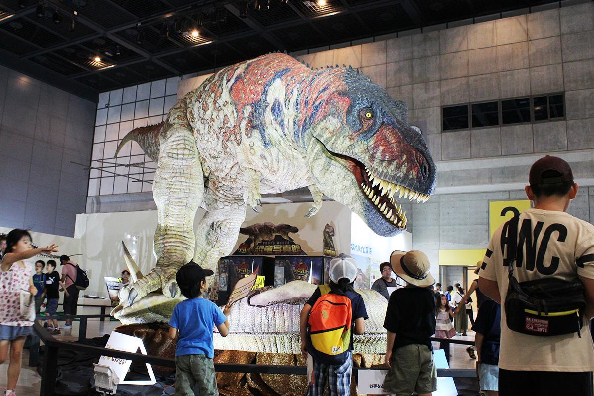 来場客の注目を集めるティラノサウルスのロボット