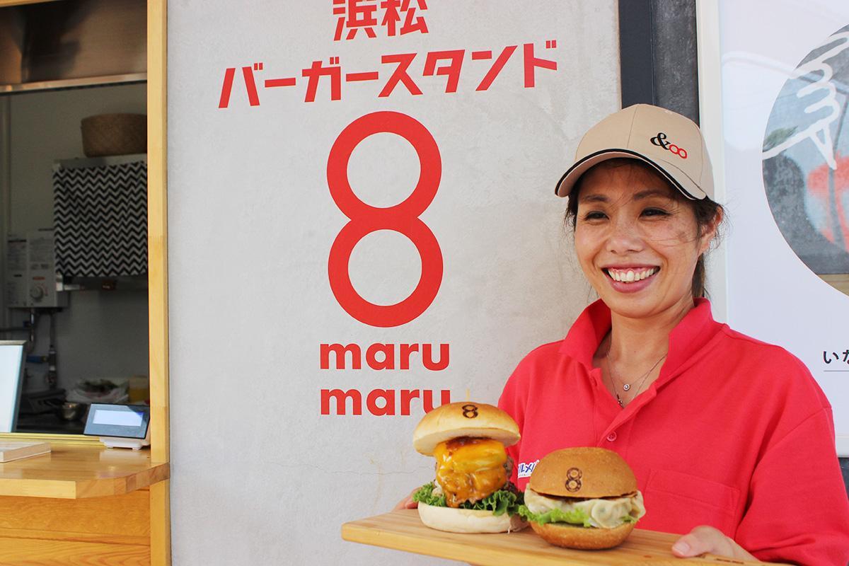 ご当地バーガーを提供するスタッフ