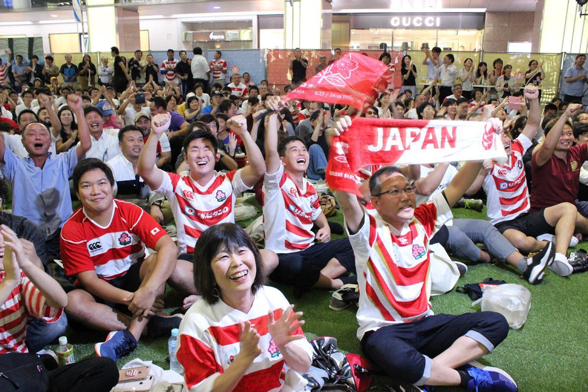 日本初得点時に盛り上がる観客
