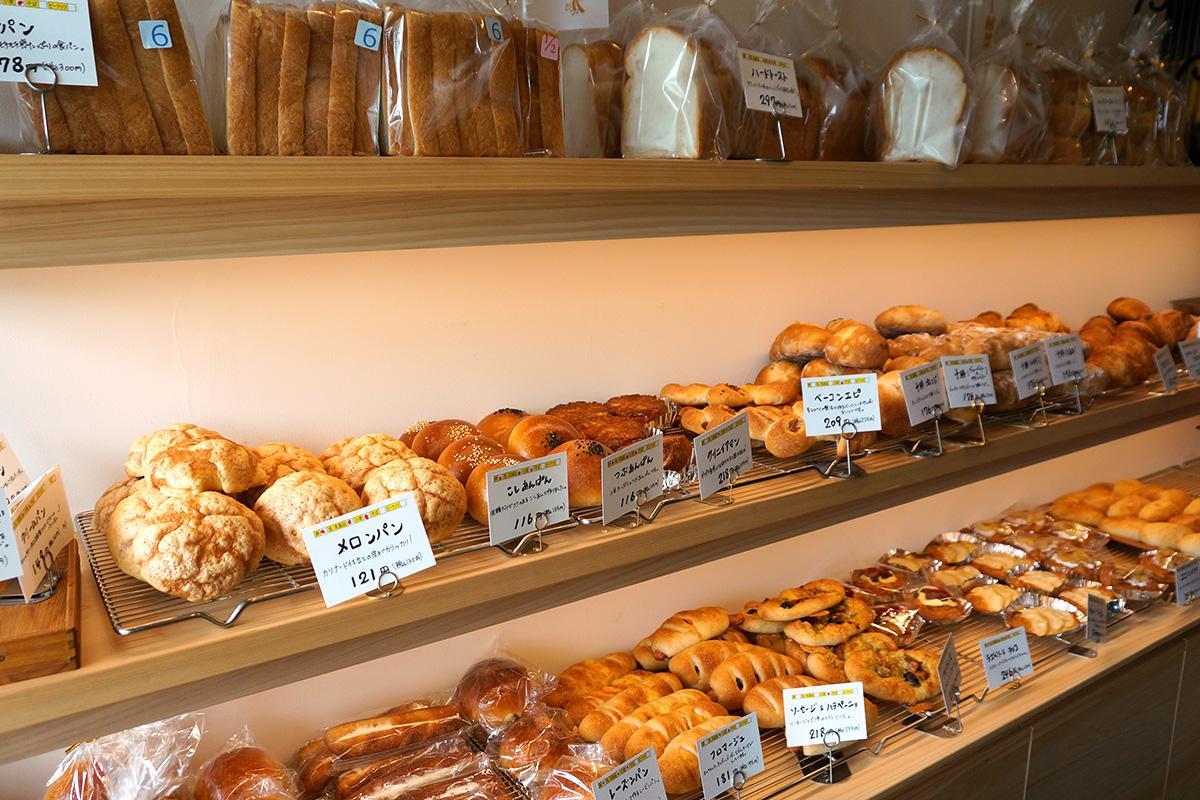 国産小麦にこだわったパンを約60種類並べる