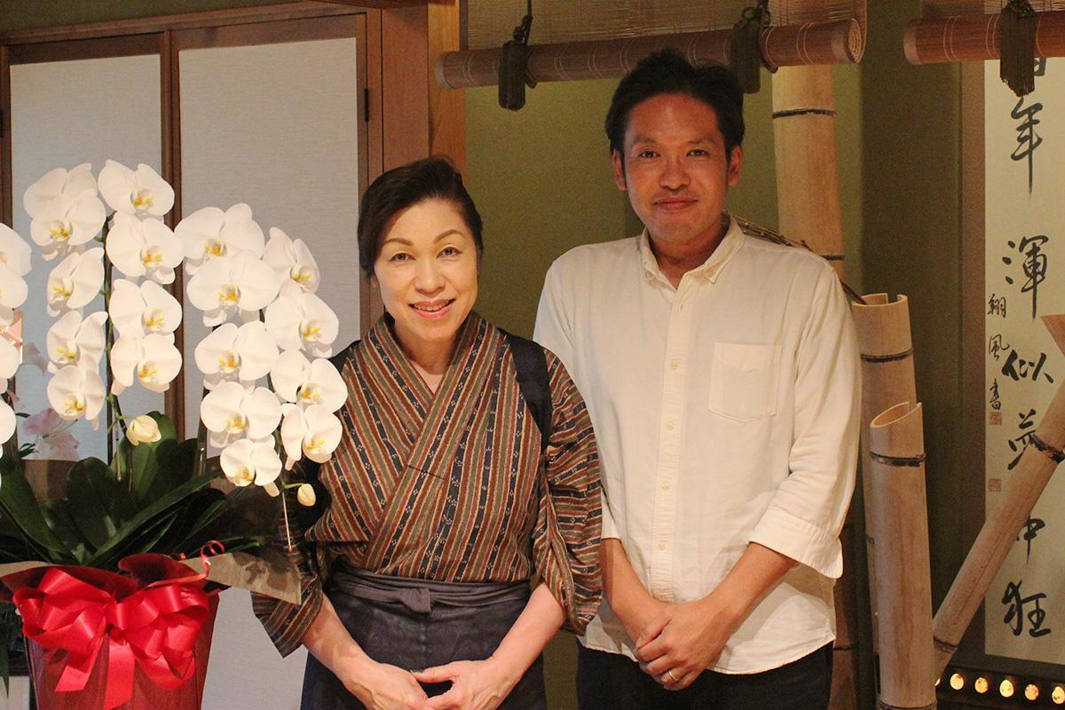 店主の中村あい子さん(左)と息子の悠介さん(右)