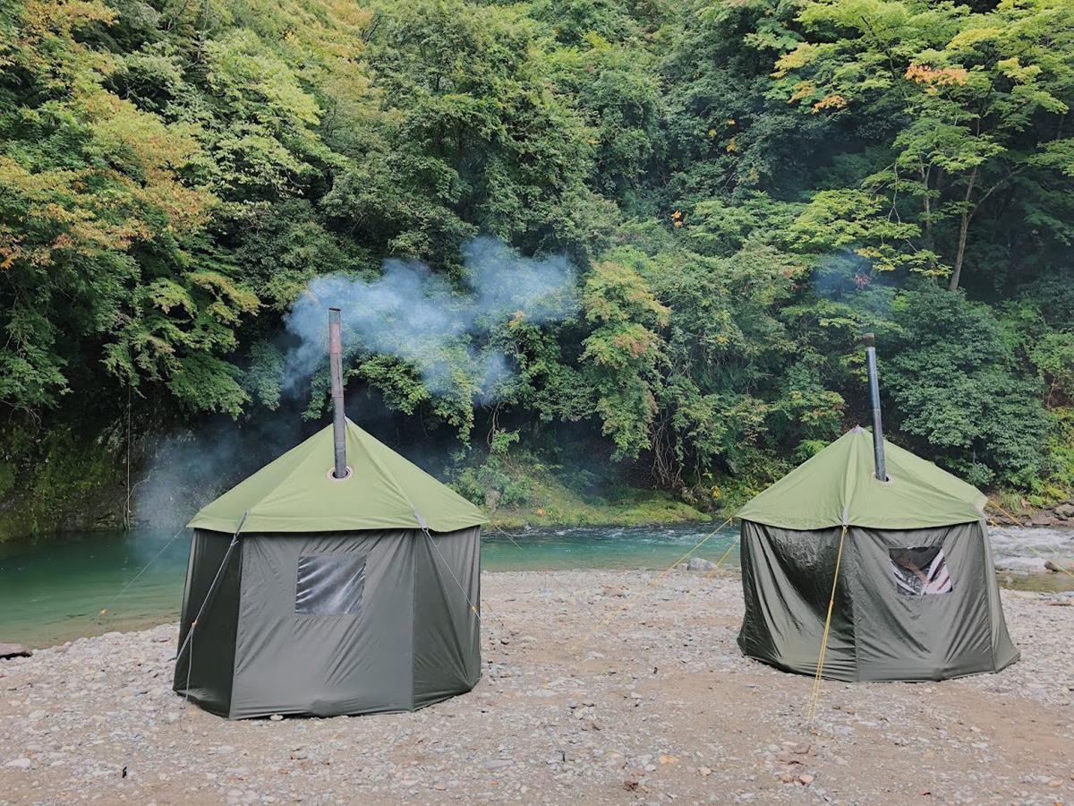 河原に設置したテントサウナ